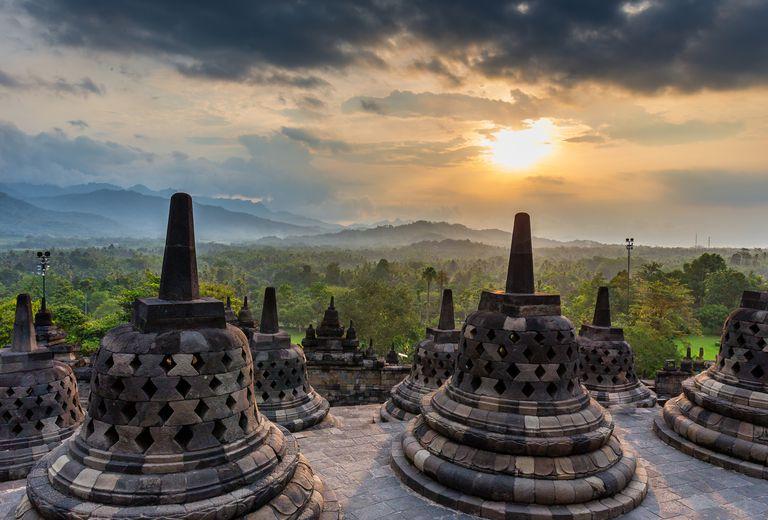 Sunrise-over-the-big-stupa-at-Borobudur-temple
